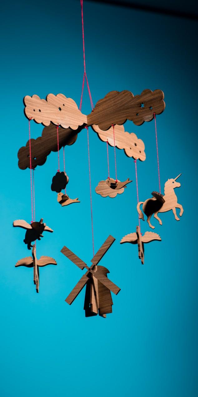 Mobile aus fliegenden Tieren am Bauerhof mit Einhorn und Windmühle