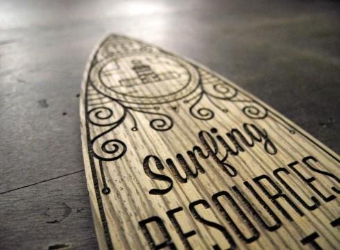Surfboard aus Zebranoholz lasergeschnitten und lasergraviert