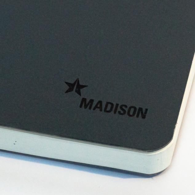 Madison Logo Gravur auf Notizbuch Einband