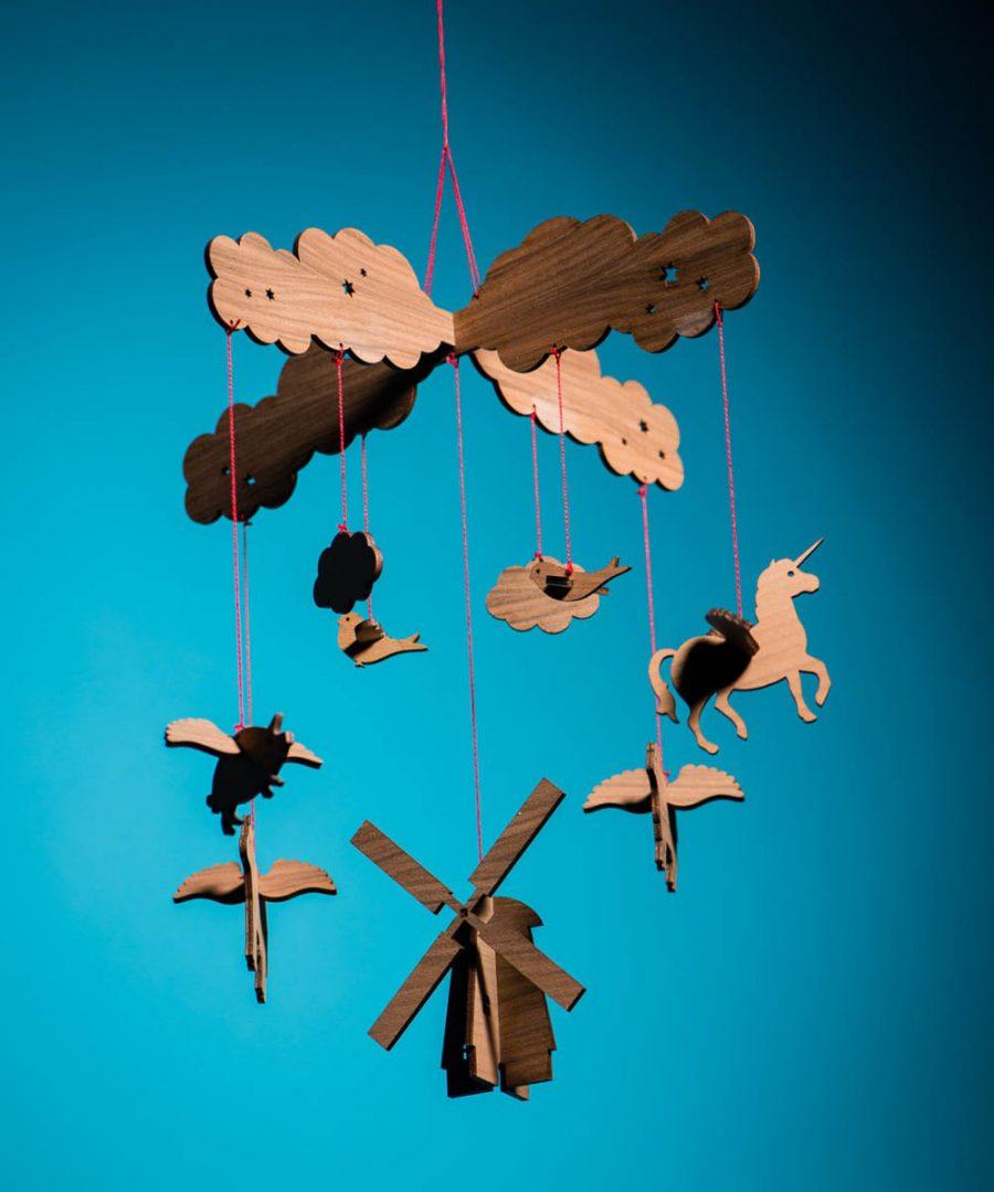 mobile-aus-fliegenden-tieren-am-bauerhof-mit-einhorn-und-windmuehle